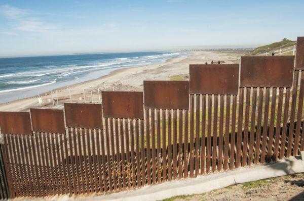 На берегах Тихого океана и Мексиканского залива, которые являются крайними точками сухопутной границы, стена может простираться на значительное расстояние в воде.