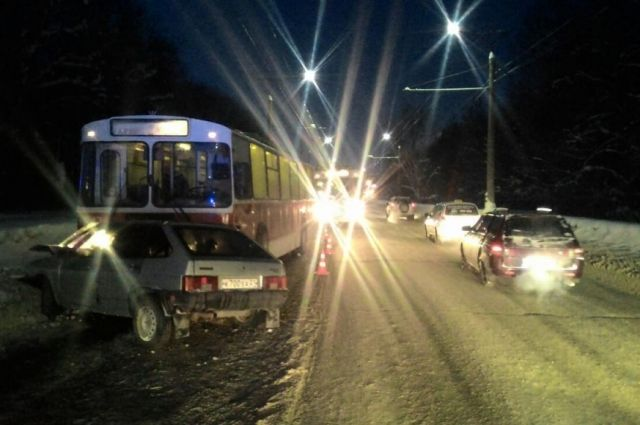 Напроспекте Яковлева из-за скользкой дороги нетрезвый шофёр въехал втроллейбус