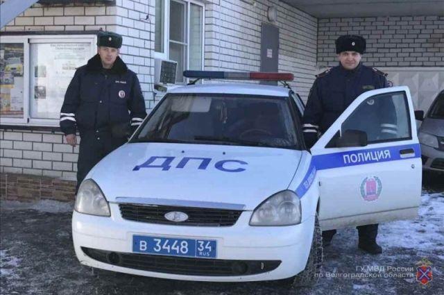 Полицейские спасли семью сдетьми, замерзавшую натрассе под Волгоградом