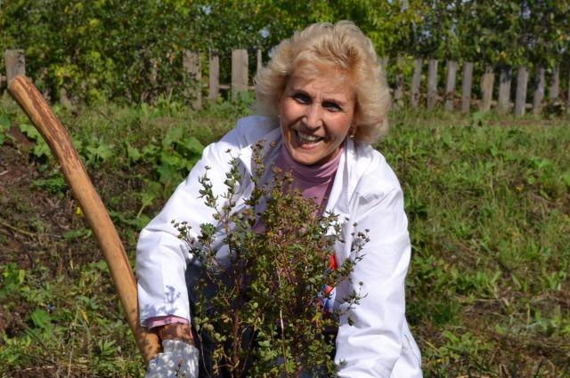 Нужно с детства приучать любить природу: сажать цветы, кормить птиц...