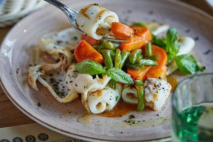 Кальмары на гриле с овощами и соусом терияки