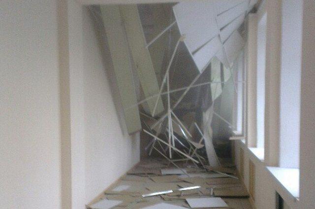 От завалов жителей квартиры спасла подвесная конструкция.