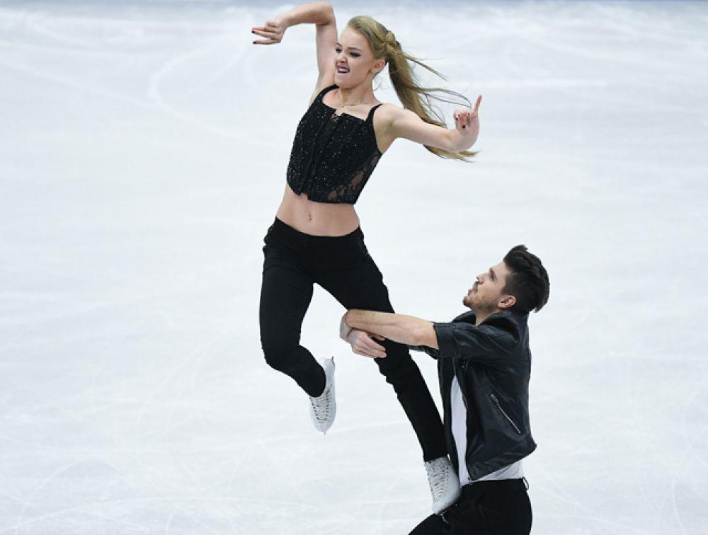 Александра Степанова и Иван Букин выступают в короткой программе танцев на льду.