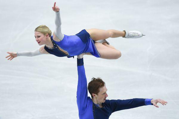 Евгения Тарасова и Владимир Морозов выступают в произвольной программе парного катания.