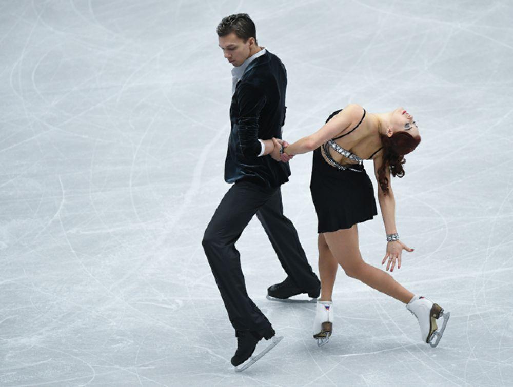 Екатерина Боброва и Дмитрий Соловьев выступают в короткой программе танцев на льду.