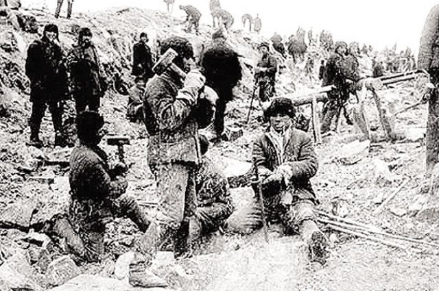 Строгий лагерь, тяжёлые условия: болота, мошкара, москиты, непосильная работа. Люди болели, многие умирали, не отсидев свой срок.