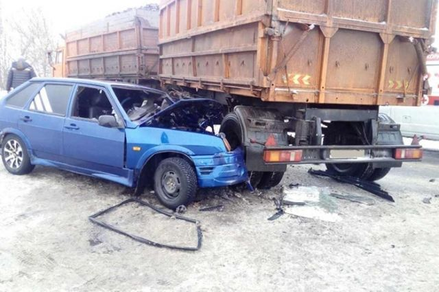 Натрассе «Воронеж-Луганск» шофёр ВАЗа влетел вКамАЗ и умер