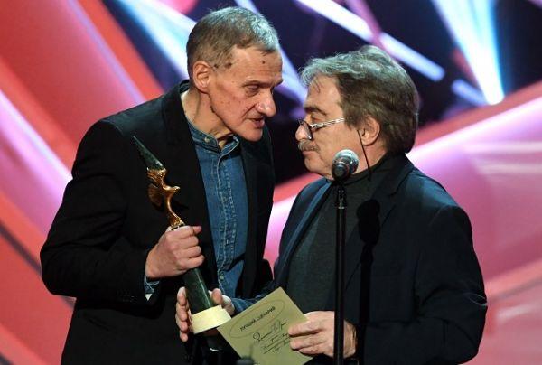 Лауреат премии в номинации «Лучший сценарий» за фильм «Монах и бес» писатель Юрий Арабов и драматург, актёр и режиссёр Александр Адабашьян.