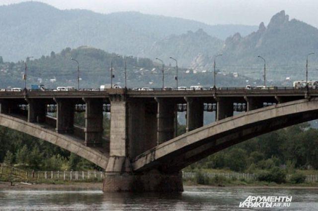 В часы «пик» утром и вечером через Коммунальный мост проезжает до 3 тыс. машин летом и до 5 тыс. зимой.