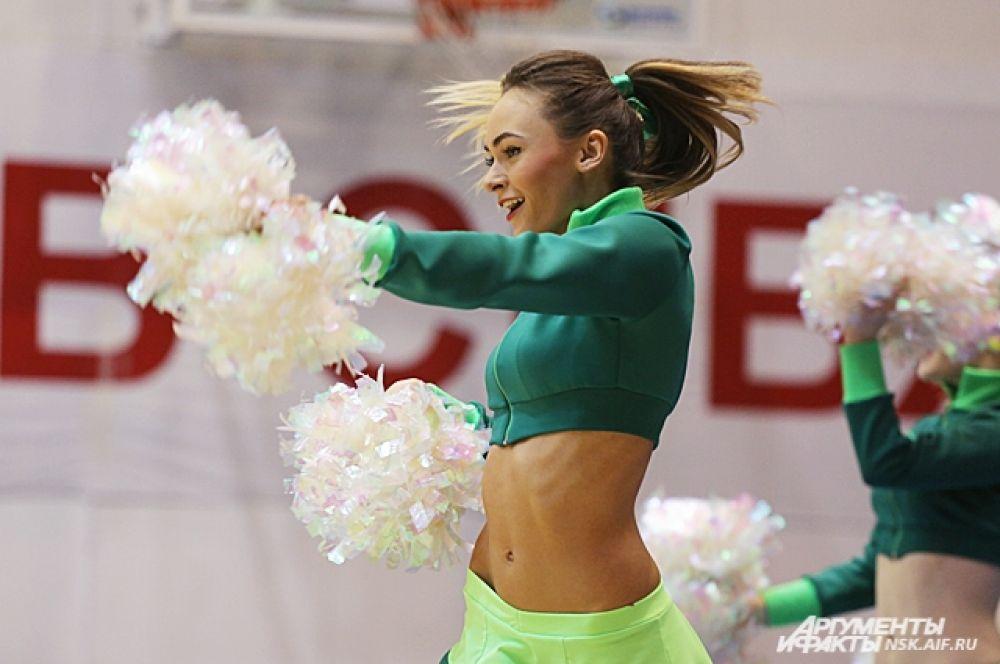 Девчонки выступают на крупных спортивных соревнованиях, где поддерживают спортивные команды Новосибирска