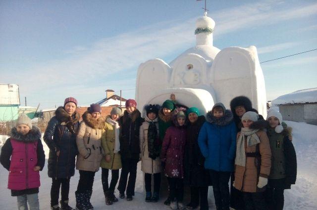 К снежному храму ходят целыми классами.
