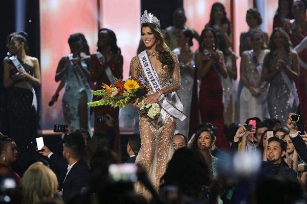Победительница затронула вопрос миграционного кризиса, представительницы Колумбии и Кении высказали свои мнения об участниках только что завершившейся президентской компании в США — нынешнем президенте Дональде Трампе и Хиллари Клинтон, бывшем кандидате на пост президента от Демократической партии