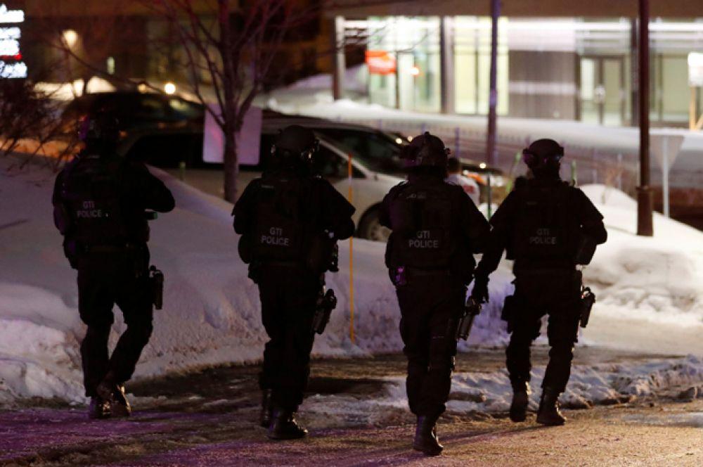 Район ЧП оцеплен стражами порядка.