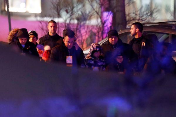 Люди, находившиеся в мечети во время стрельбы, покидают место происшествия.