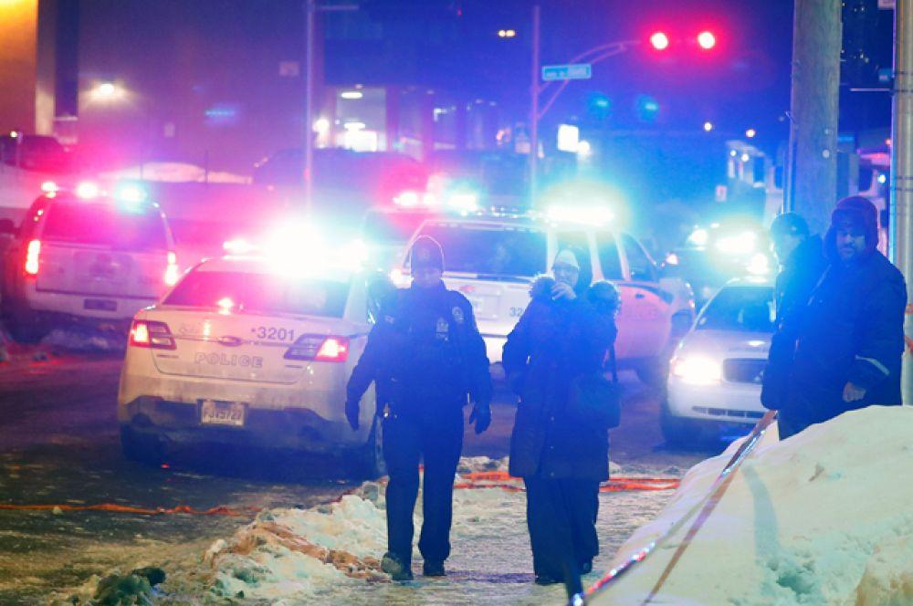Со слов главы исламского культурного центра, стрельба началась на первом этаже, после чего преступник поднялся на второй этаж.