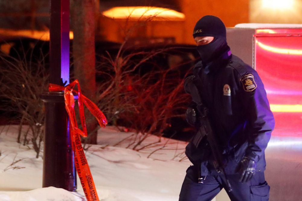 На месте происшествия развернута обширная работа правоохранителей, часть из которых серьезно вооружена.