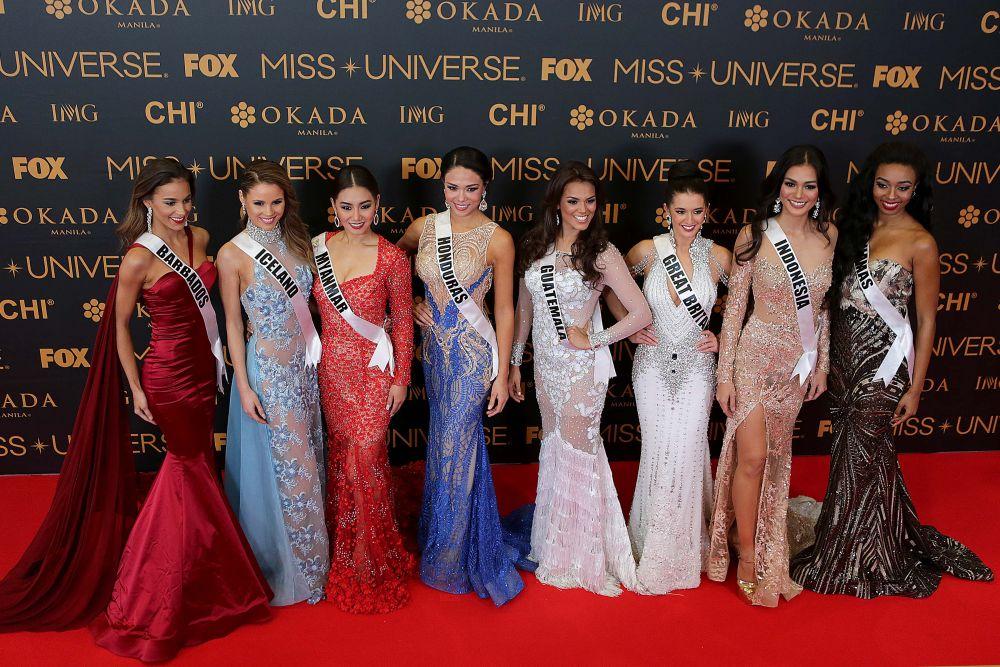 Победительница конкурса Мисс Вселенная получает контракт на один год, в течение которого ездит по миру с рекламными целям