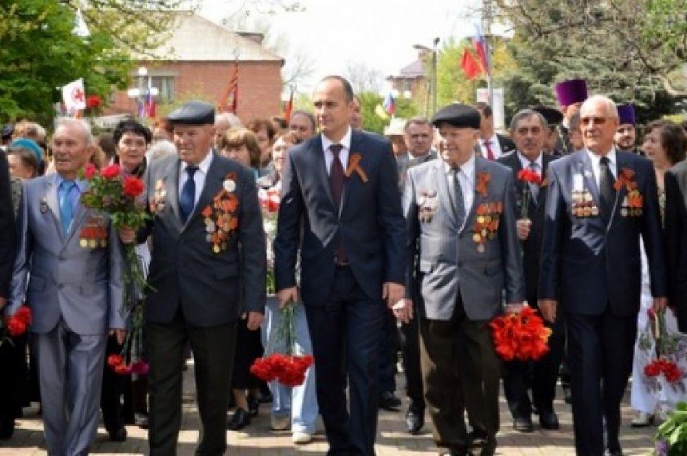Мэр города Игорь Сорокин в одном строю с ветеранами.