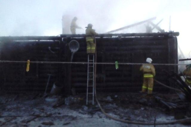 Место смертельного пожара в Усть-Ордынском.
