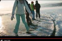 Байкальский лед прорезали бензопилой.