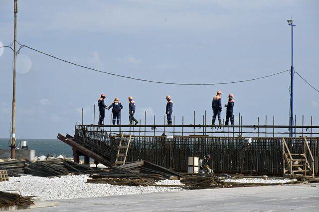 Рабочие на строительстве моста через Керченский пролив в Крыму.