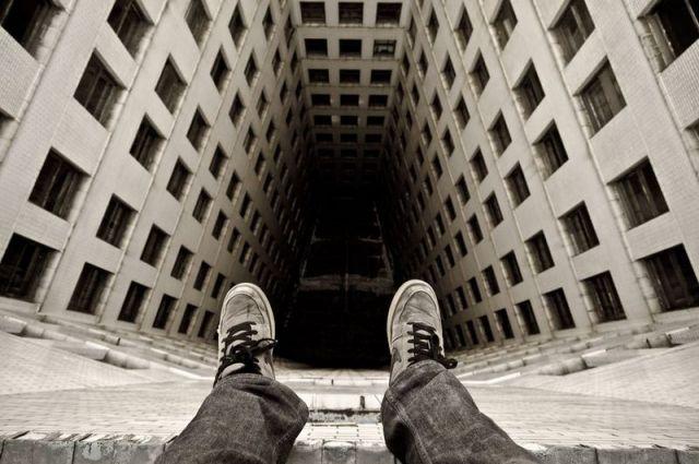 16-летняя девушка пролетела мимо мужчины, который стоял набалконе 8-го этажа