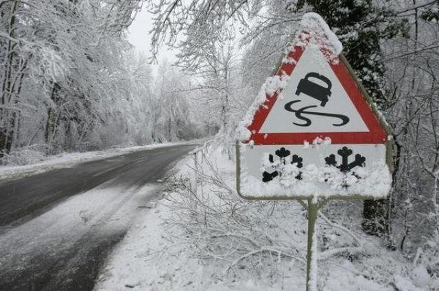 Водителей просят быть внимательными на дорогах, пешеходам рекомендуется переходить дорогу только в установленных местах