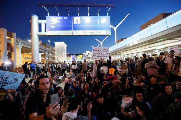 Демонстранты в аэропорту Лос-Анджелеса.