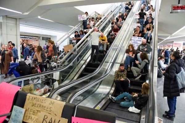 Митингующие в международном аэропорту Сан-Франциско.