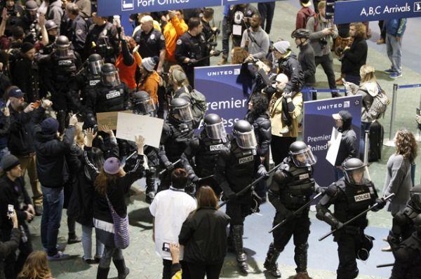 Сотрудники ОМОН в международном аэропорту Портленда во время акции протеста против запрета на въезд в США.