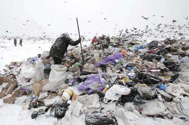Мусоровозы всё также продолжают сгружать отходы на закрытом полигоне.