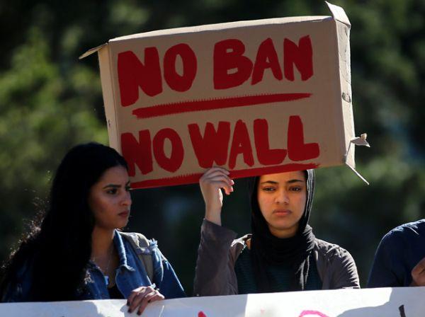 Студенты на митинге в Сан-Диего, Калифорния.