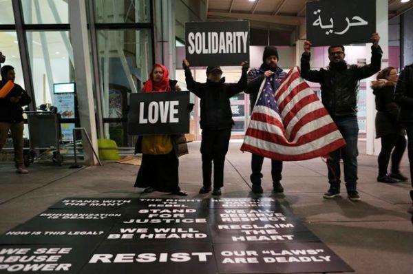 Митингующие в аэропорту имени Джона Кеннеди в Нью-Йорке.