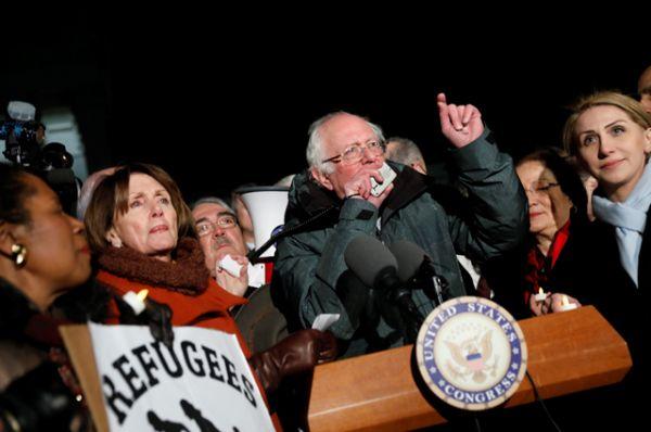 Сенатор Берни Сандерс выступает во время митинга против закона об иммиграции президента Дональда Трампа в Вашингтоне.
