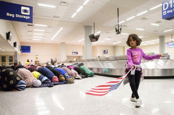 Акция протеста в международном аэропорту Даллас/Форт-Уэрт в штате Техас.