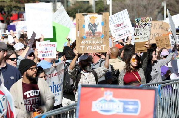 Протестующие на митинге в Хьюстоне.