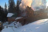 Очагом пожара стал чердак одного из частных двухэтажных деревянных садовых домиков площадью 8х8 м
