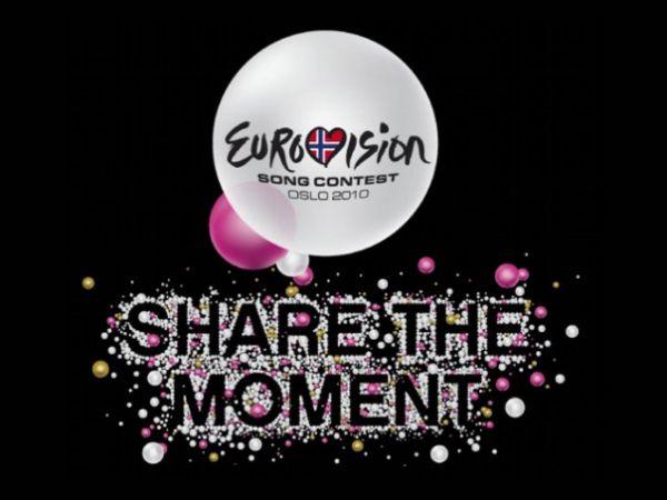 Слоганом 2010 года стала фраза «Раздели момент» (Share The Moment), логотип был нарисован на белом фоне, в оформлении также использовались чёрный, золотой и розовый цвета.