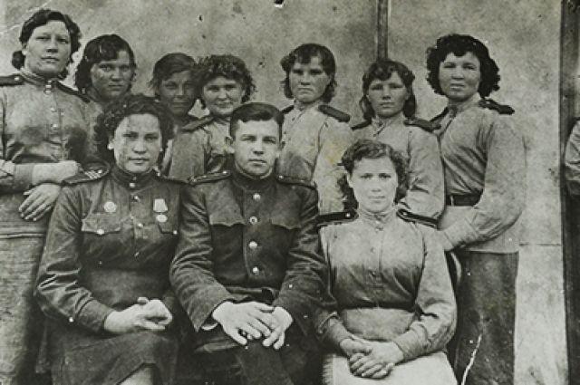 Раиса Рябышева в окружении боевых товарищей.