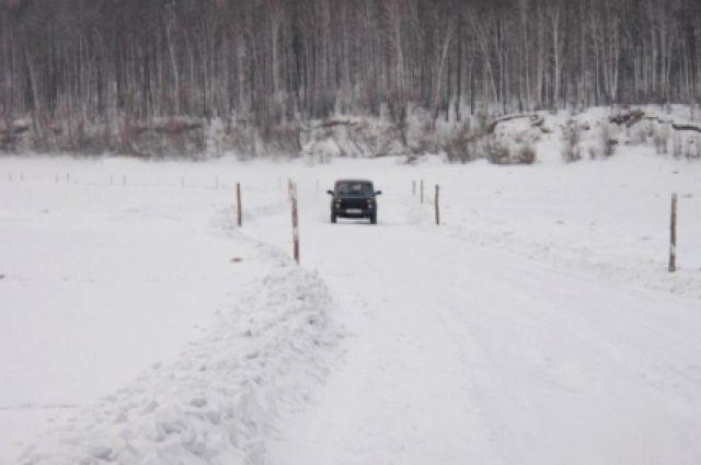 Под большим весом автомобиля лёд треснул и ушёл под воду.