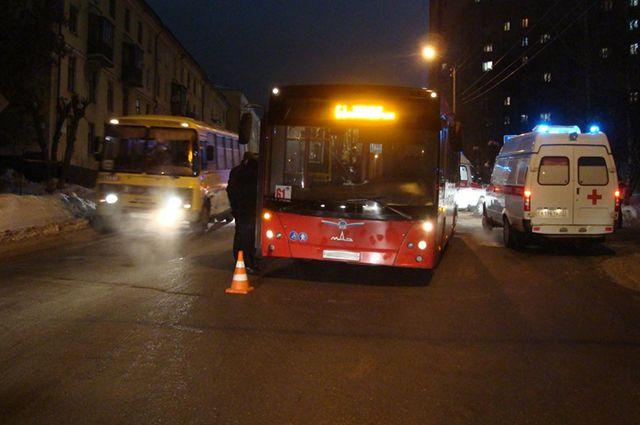 Автобус сбил женщину сребёнком вКирове