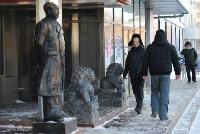 Великий кормчий Мао встречает на входе посетителей ресторана китайской кухни. Говорят, наши первые лица с ним здороваются за руку.