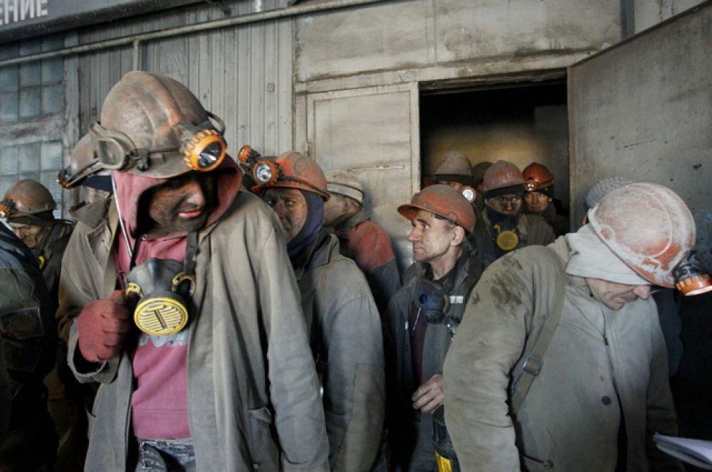 Из-за обстрелов обесточена шахта имени Засядько, и более 200 горняков оставались под землей без возможности выйти на поверхность.
