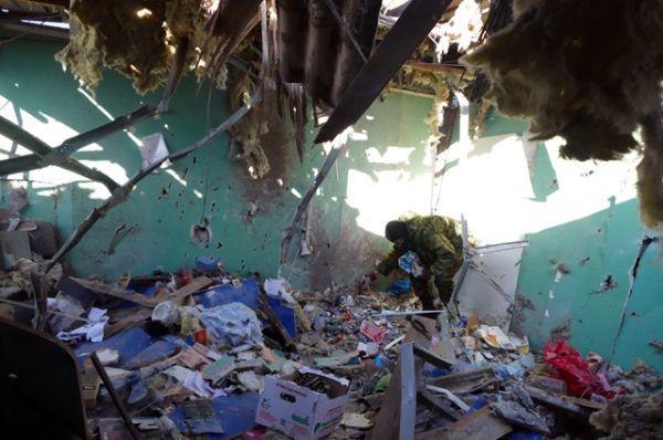 Парикмахерская на привокзальном рынке в Куйбышевском районе Донецка, пострадавшая в результате обстрела украинскими силовиками.
