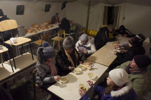 Местные жители в пункте гуманитарной помощи в Авдеевке.