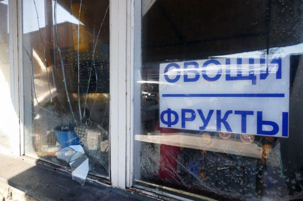 Разбитые витрины на привокзальном рынке в Куйбышевском районе Донецка, пострадавшие в результате обстрела украинскими силовиками.