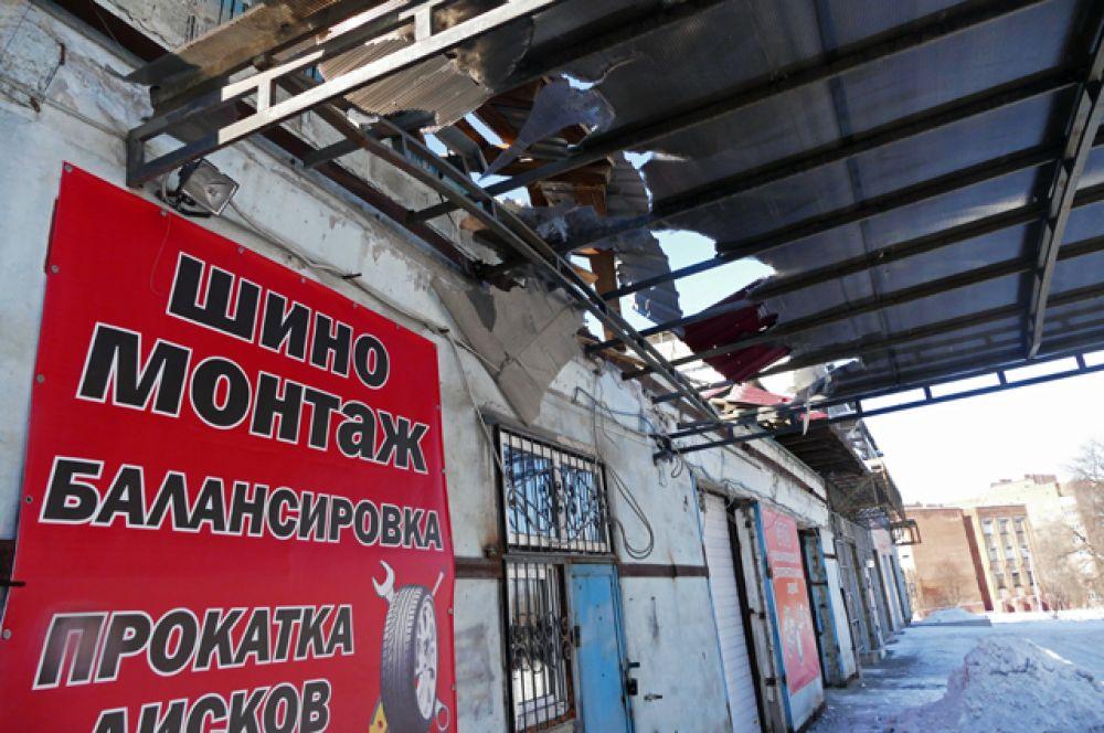 Станция технического обслуживания, пострадавшая от обстрела.