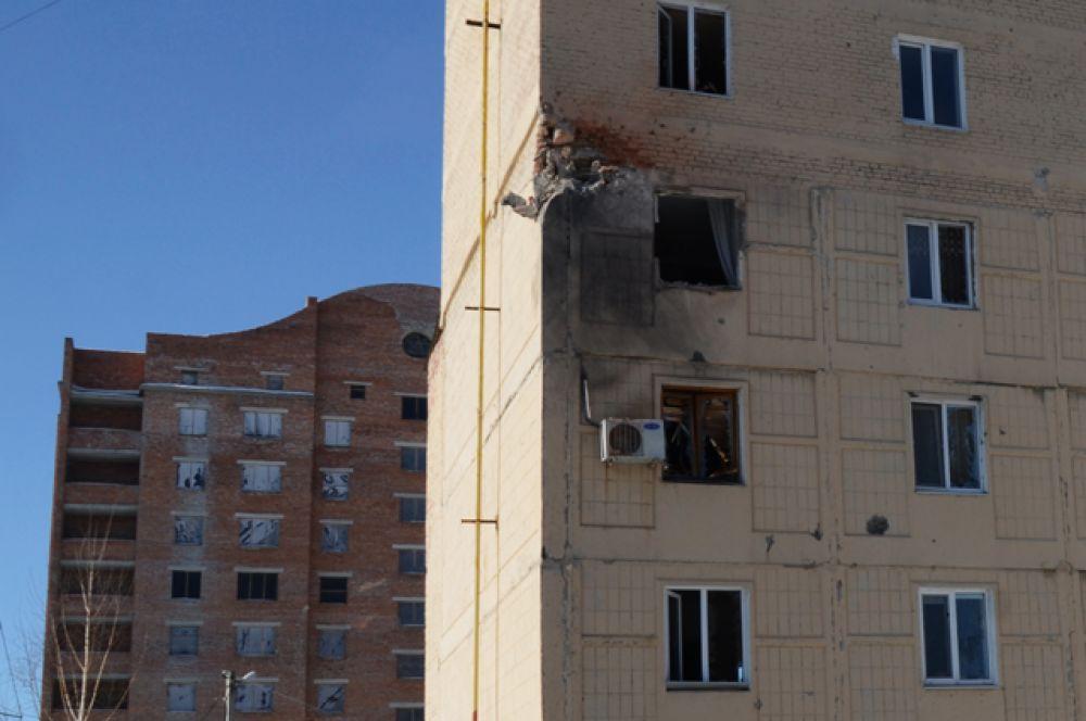Жители города остались без воды, света и тепла. Жилое здание на улице Листопрокатчиков в Киевском районе Донецка, пострадавшее от обстрела.