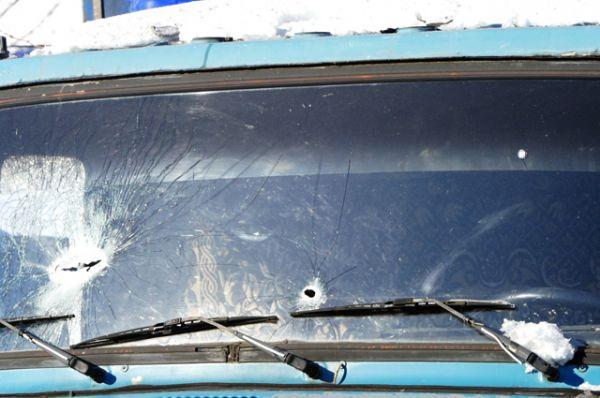 Поврежденное лобовое стекло грузового автомобиля в Куйбышевском районе Донецка.