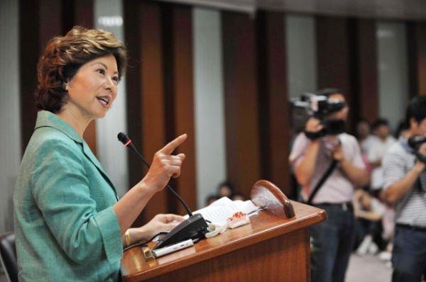 Министром транспорта в администрации Трампа стала Элейн Лан Чао, ранее занимавшая должность министра труда в администрации Джорджа Буша (2001—2009). Элейн — первая женщина азиатского происхождения, ставшая министром кабинета США.